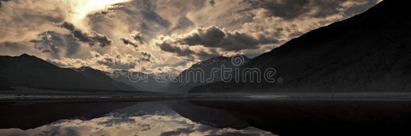 Βουνά & λίμνη κατά τη διάρκεια του ηλιοβασιλέματος στοκ εικόνα με δικαίωμα ελεύθερης χρήσης