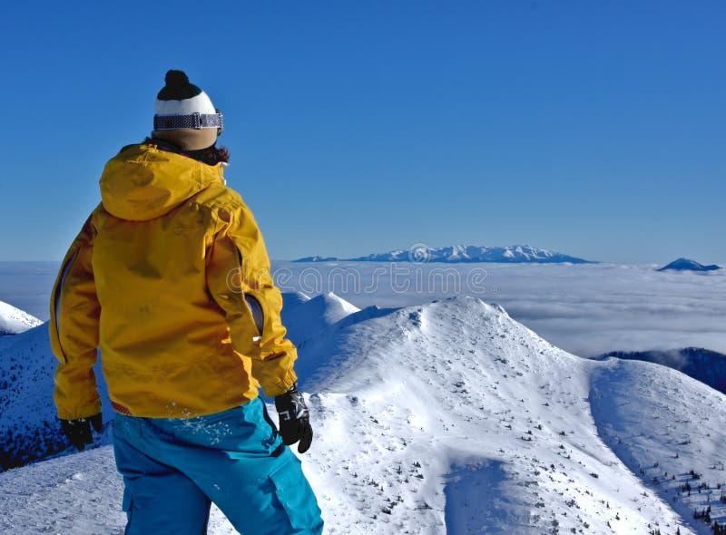 βουνά αγοριών lookig στοκ φωτογραφία με δικαίωμα ελεύθερης χρήσης