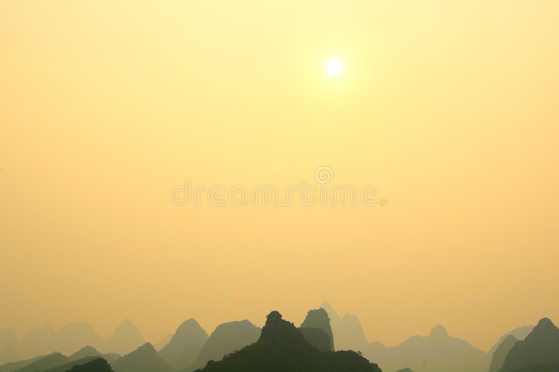 βουνά ασβεστόλιθων guilin στοκ εικόνες