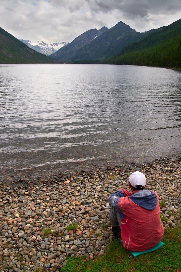 βουνά ατόμων λιμνών στοκ εικόνες