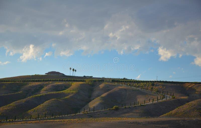 Βουνά βόρειας Καλιφόρνιας στα τέλη του καλοκαιριού με το μπλε ουρανό στοκ εικόνα