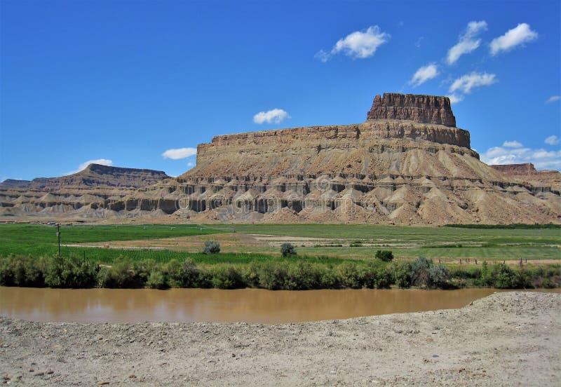 Βουνά γύρω από τον πράσινο ποταμό στοκ φωτογραφία με δικαίωμα ελεύθερης χρήσης