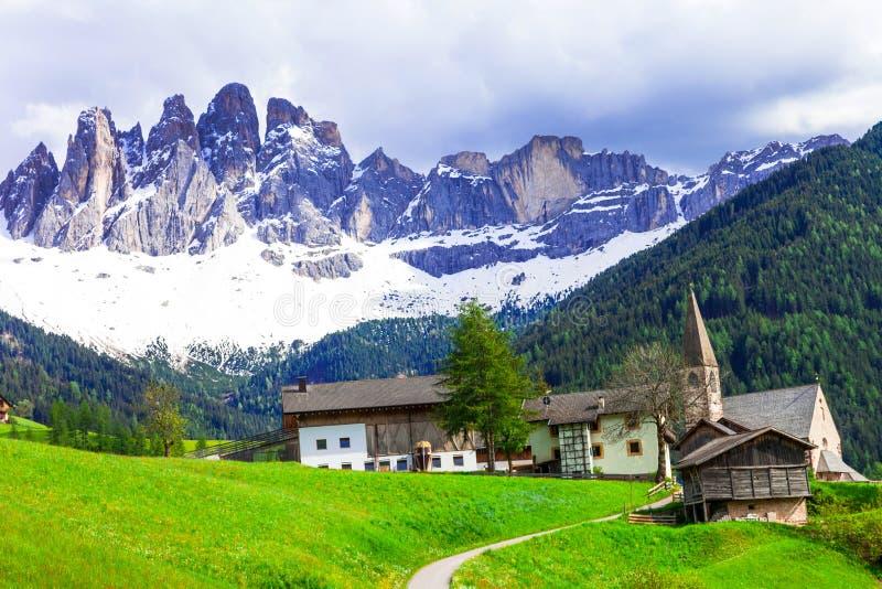 Βουνά δολομιτών Imressive και παραδοσιακά χωριά Βόρεια στοκ εικόνα
