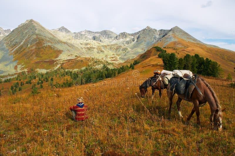 βουνά δύο αλόγων κοριτσιών στοκ φωτογραφία με δικαίωμα ελεύθερης χρήσης