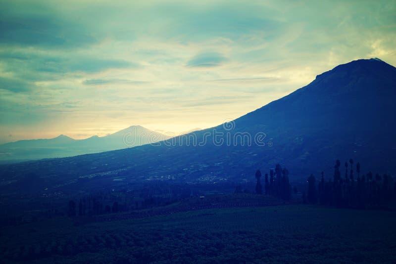 Βουνά κάτω από την υδρονέφωση το πρωί στοκ εικόνα με δικαίωμα ελεύθερης χρήσης