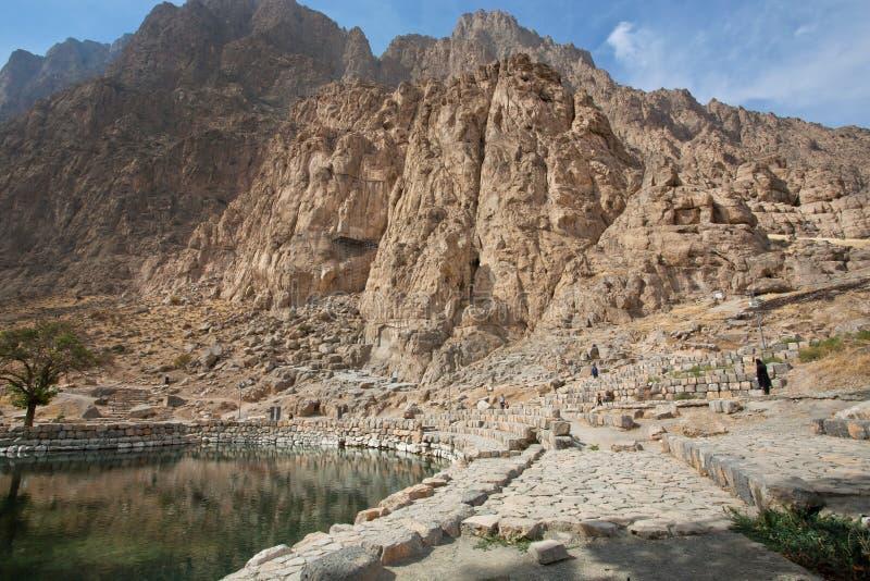 Βουνά και λίμνη στην όμορφη περσική κοιλάδα με τις ιστορικές δύσκολες ανακουφίσεις στοκ φωτογραφίες