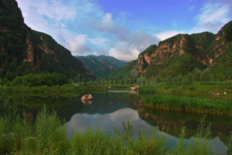 Βουνά και λίμνη στοκ εικόνες με δικαίωμα ελεύθερης χρήσης