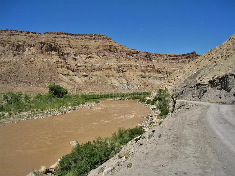 Βουνά και δρόμος κατά μήκος του πράσινου ποταμού στοκ φωτογραφίες