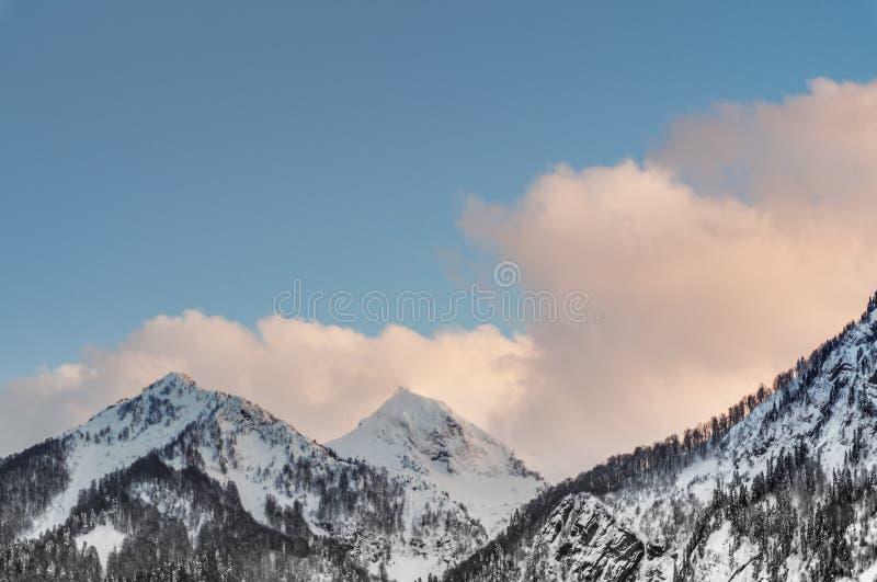 Βουνά και κλίσεις σκι του χιονοδρομικού κέντρου Rosa Khutor, Sochi στοκ φωτογραφίες