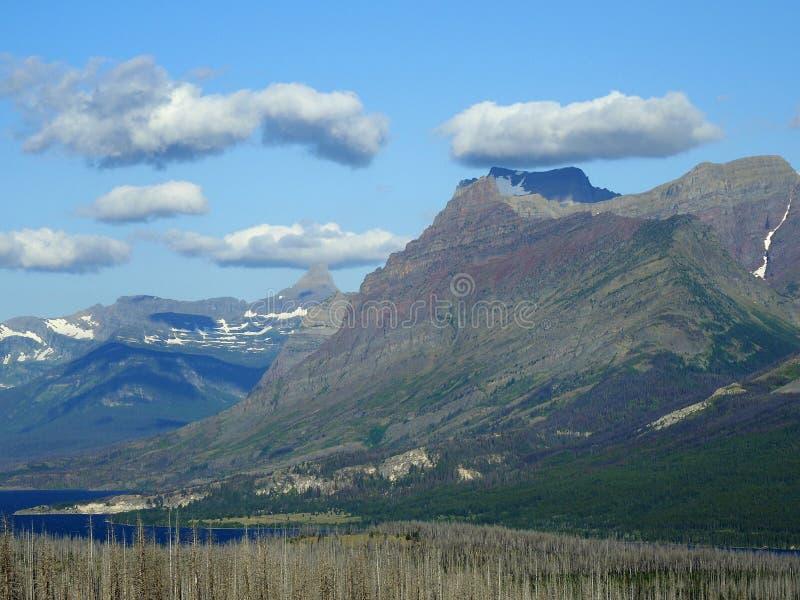 Βουνά και λίμνη κοντά στο εθνικό πάρκο παγετώνων, Μοντάνα στοκ φωτογραφίες με δικαίωμα ελεύθερης χρήσης