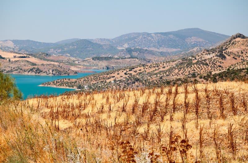 Βουνά και λίμνη κοντά Zahara de Λα Sierra στοκ φωτογραφίες