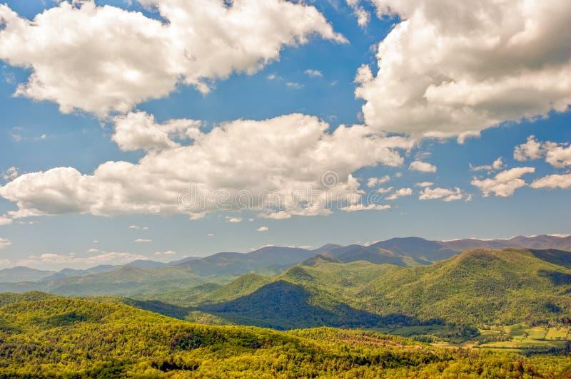 Βουνά και μπλε ουρανός με τα άσπρα σύννεφα στοκ εικόνα με δικαίωμα ελεύθερης χρήσης