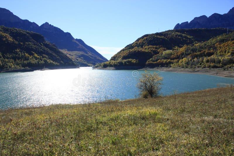 Βουνά και νερό στα Πυρηναία Βουβαλίδα στοκ φωτογραφία
