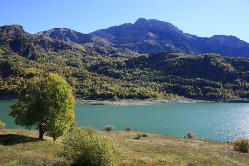 Βουνά και νερό στα Πυρηναία Βουβαλίδα στοκ εικόνες