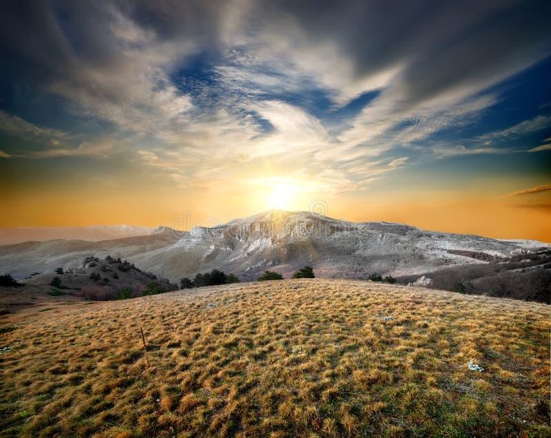 Βουνά και ξηρά χλόη στοκ φωτογραφία