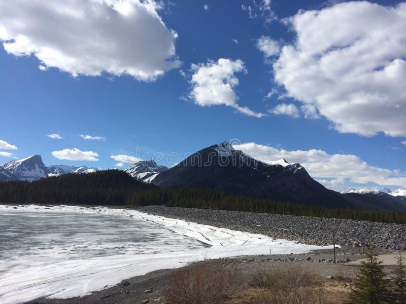 Βουνά και παγωμένη λίμνη στοκ εικόνες