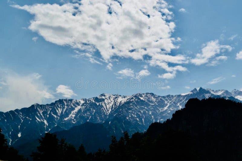 Βουνά και σύννεφα στοκ φωτογραφίες