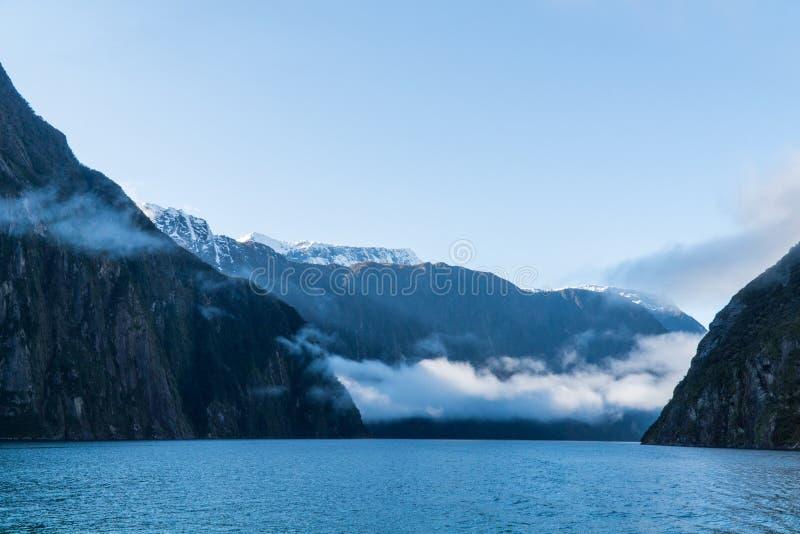 Βουνά και σύννεφα στον ήχο Milford, Νέα Ζηλανδία στοκ φωτογραφία με δικαίωμα ελεύθερης χρήσης