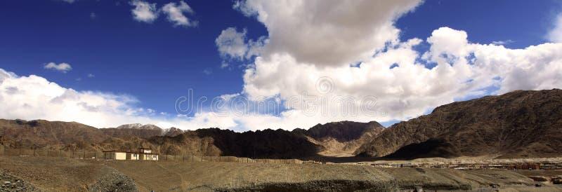 Βουνά και σύννεφα στοκ εικόνα με δικαίωμα ελεύθερης χρήσης
