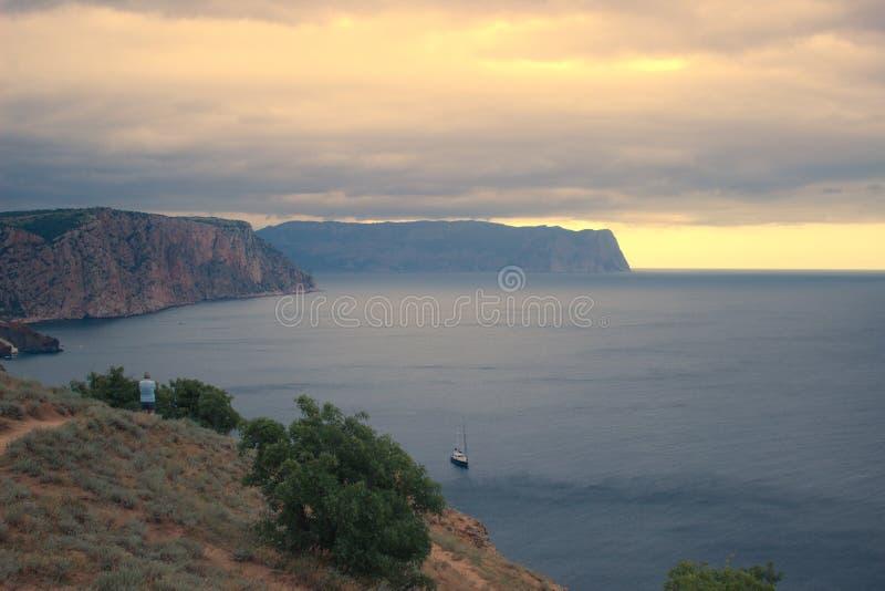 Βουνά και τοπίο θάλασσας στοκ φωτογραφία