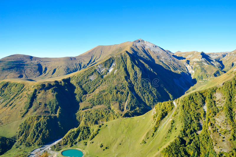 Βουνά Καύκασου κατά τη θερινή άποψη από Gudauri, Γεωργία στοκ φωτογραφία με δικαίωμα ελεύθερης χρήσης