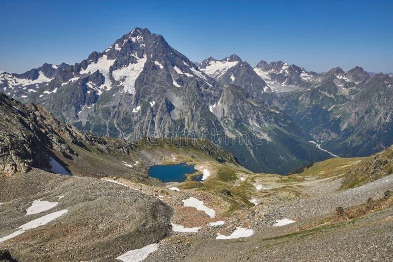 Βουνά Καύκασου λιμνών το καλοκαίρι, η τήξη της λίμνης Arkhyz Sofia κορυφογραμμών παγετώνων Όμορφα υψηλά βουνά της Ρωσίας, σαφής π στοκ εικόνες