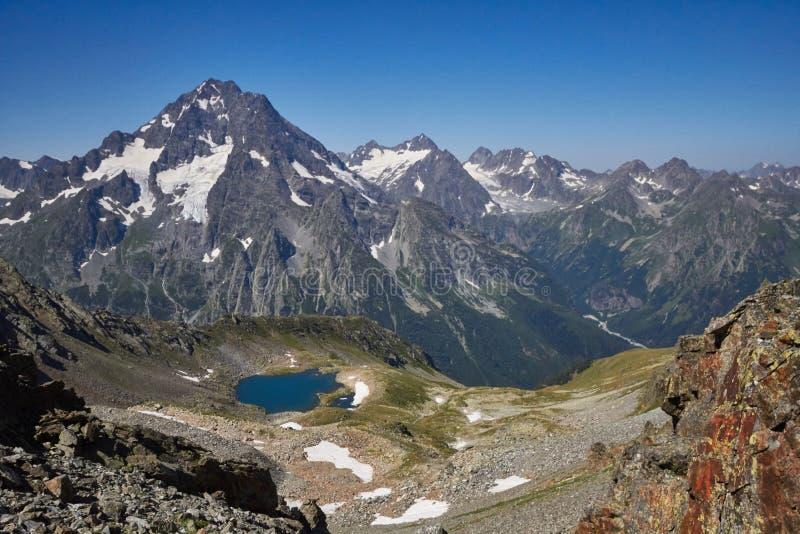 Βουνά Καύκασου λιμνών το καλοκαίρι, η τήξη της λίμνης Arkhyz Sofia κορυφογραμμών παγετώνων Όμορφα υψηλά βουνά της Ρωσίας, σαφής π στοκ φωτογραφία