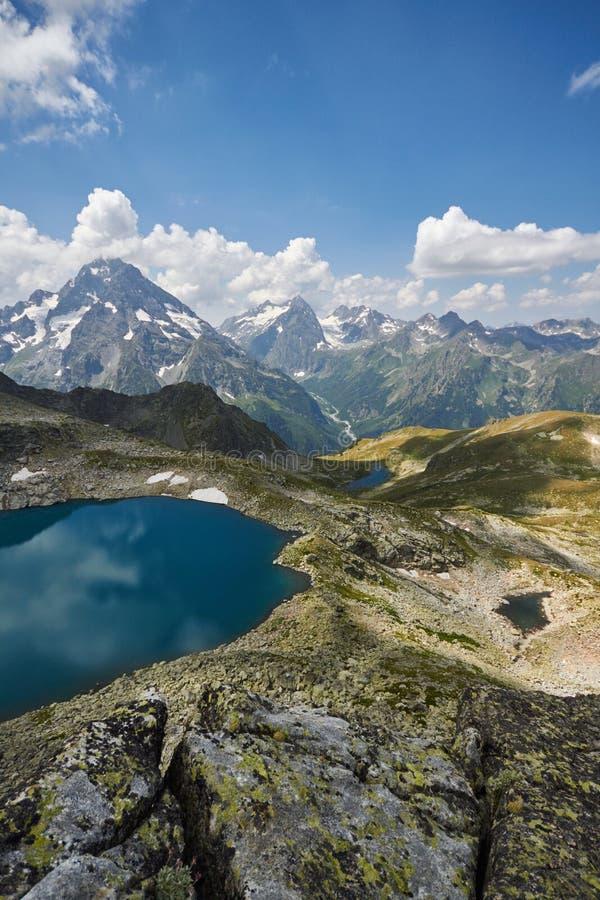 Βουνά Καύκασου λιμνών το καλοκαίρι, η τήξη της λίμνης Arkhyz Sofia κορυφογραμμών παγετώνων Όμορφα υψηλά βουνά της Ρωσίας, σαφής π στοκ εικόνα