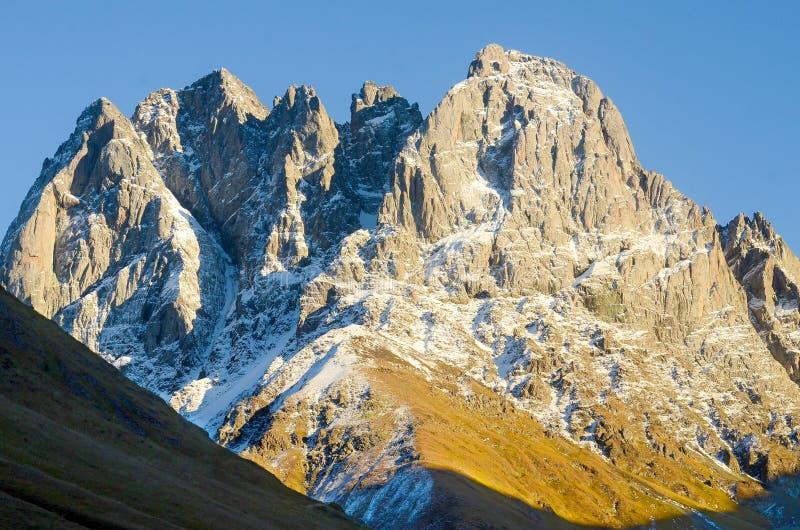Βουνά Καύκασου το καλοκαίρι, μέγιστους Chiukhebi και το μπλε ουρανό στοκ φωτογραφία με δικαίωμα ελεύθερης χρήσης