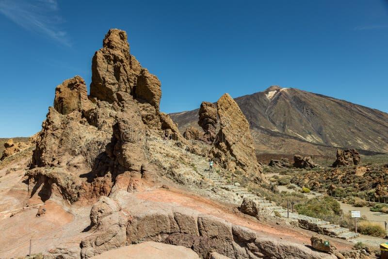 Βουνά κοντά στο ηφαίστειο Teide, που καλύπτονται εν μέρει από τα σύννεφα Φωτεινός μπλε ουρανός o στοκ φωτογραφίες με δικαίωμα ελεύθερης χρήσης