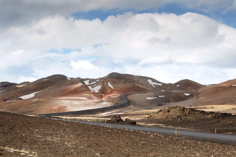 Βουνά με μια άποψη των κάμψεων των λόφων, Ισλανδία στοκ εικόνες με δικαίωμα ελεύθερης χρήσης