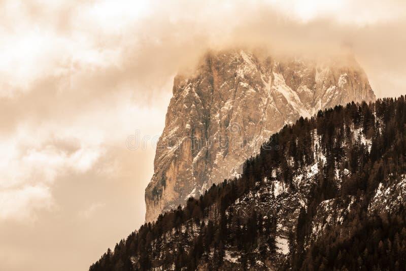 Βουνά με τα σύννεφα και το άσχημο καιρό βουνό δύσκολο στοκ εικόνες με δικαίωμα ελεύθερης χρήσης