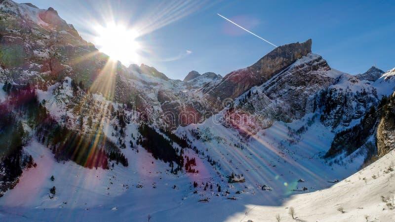 Βουνά με τον ήλιο, seealpsee Ελβετία στοκ φωτογραφίες