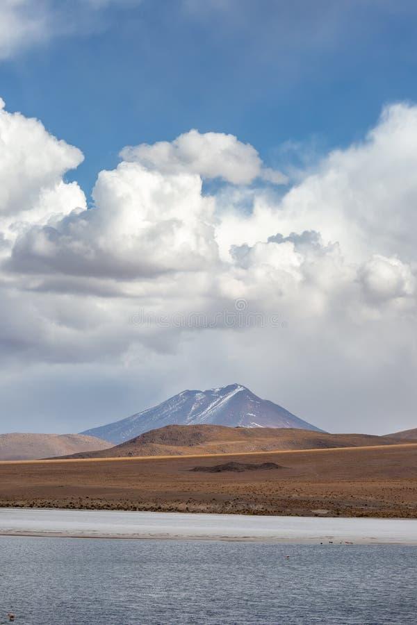 Βουνά, μπλε ουρανοί και αυξομειούμενα σύννεφα στο βολιβιανό Andest στοκ εικόνες με δικαίωμα ελεύθερης χρήσης