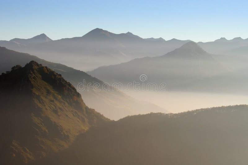 βουνά ομίχλης στοκ φωτογραφία με δικαίωμα ελεύθερης χρήσης