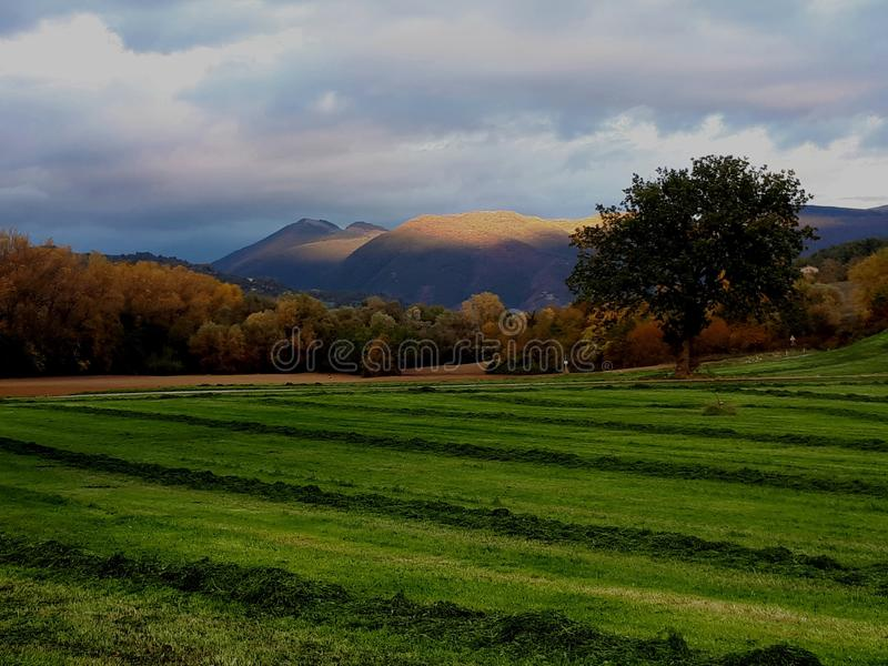 βουνά πέρα από το ηλιοβασίλεμα στοκ εικόνες
