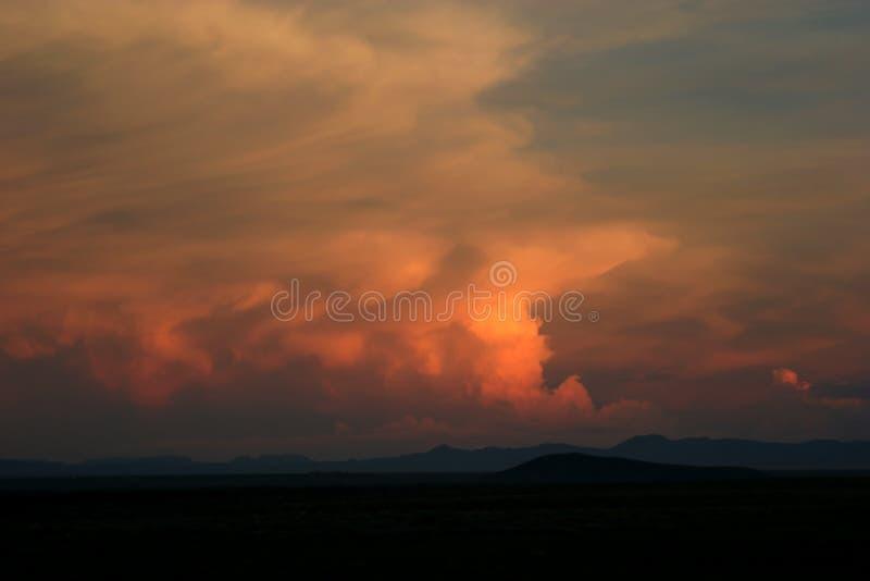 βουνά πέρα από το ηλιοβασί&lamb στοκ φωτογραφία