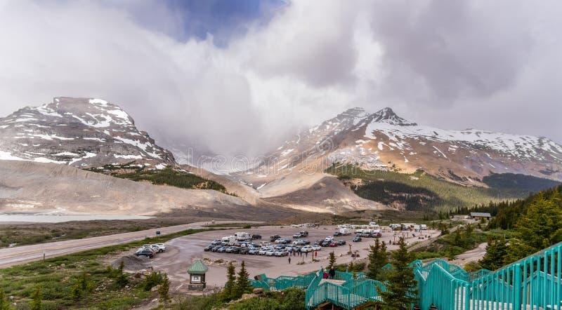 Βουνά παγετώνων Athabasca με το κλιμακοστάσιο στο υπαίθριο σταθμό αυτοκινήτων στοκ εικόνες
