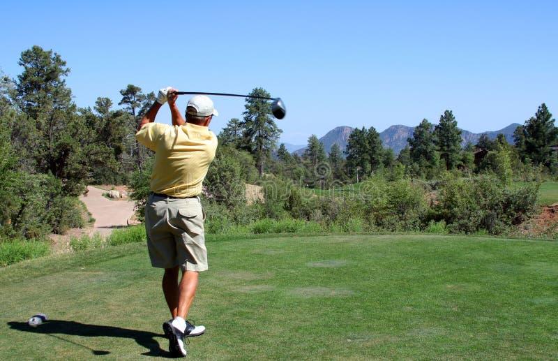 βουνά παικτών γκολφ από να τοποθετήσει στο σημείο αφετηρίας στοκ φωτογραφία με δικαίωμα ελεύθερης χρήσης