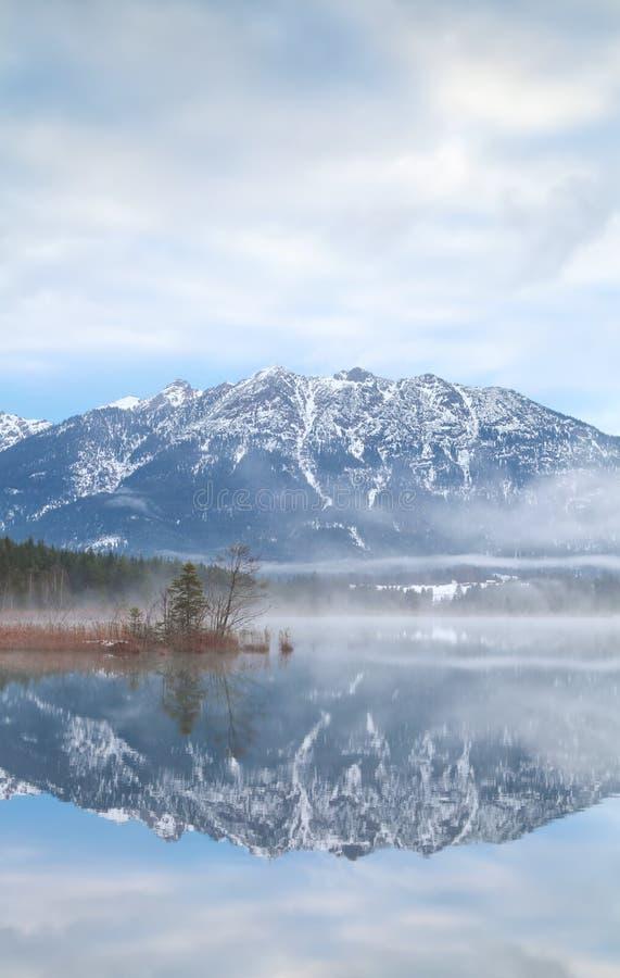 Βουνά που απεικονίζονται στην αλπική λίμνη στοκ εικόνες