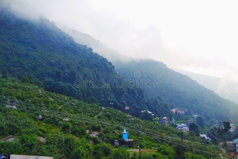 Βουνά που καλύπτονται πράσινα από τα σύννεφα στοκ φωτογραφίες με δικαίωμα ελεύθερης χρήσης