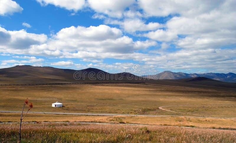 Βουνά, στέπα και ουρανός με τα όμορφα σύννεφα μπλε μακρύς ουρανός σκιών φύσης φθινοπώρου Μογγολία στοκ εικόνες