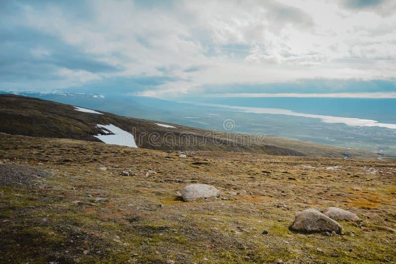 Βουνά στην Ισλανδία το καλοκαίρι Ημέρα της Νίκαιας για την πεζοπορία Άποψη άνωθεν τα σύννεφα στοκ φωτογραφίες με δικαίωμα ελεύθερης χρήσης