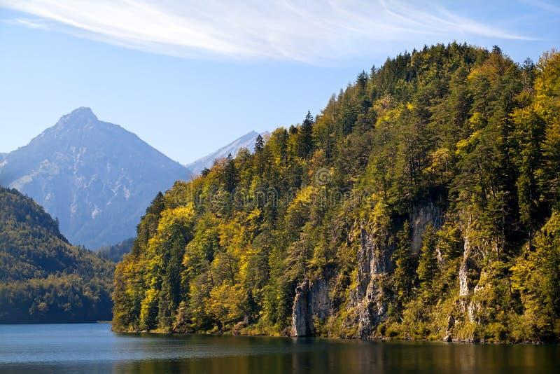 Βουνά στη λίμνη Alpsee στοκ εικόνες με δικαίωμα ελεύθερης χρήσης