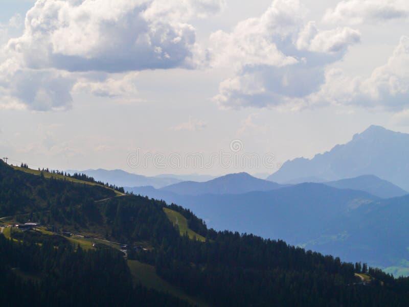 Βουνά στο άπειρο στοκ εικόνες με δικαίωμα ελεύθερης χρήσης