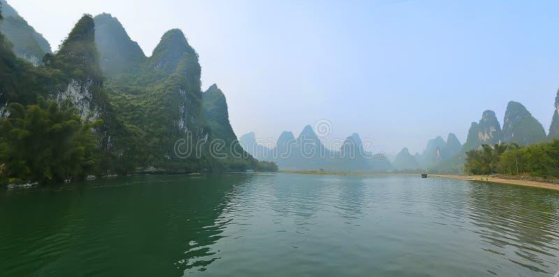 Βουνά στο νερό στοκ εικόνα με δικαίωμα ελεύθερης χρήσης