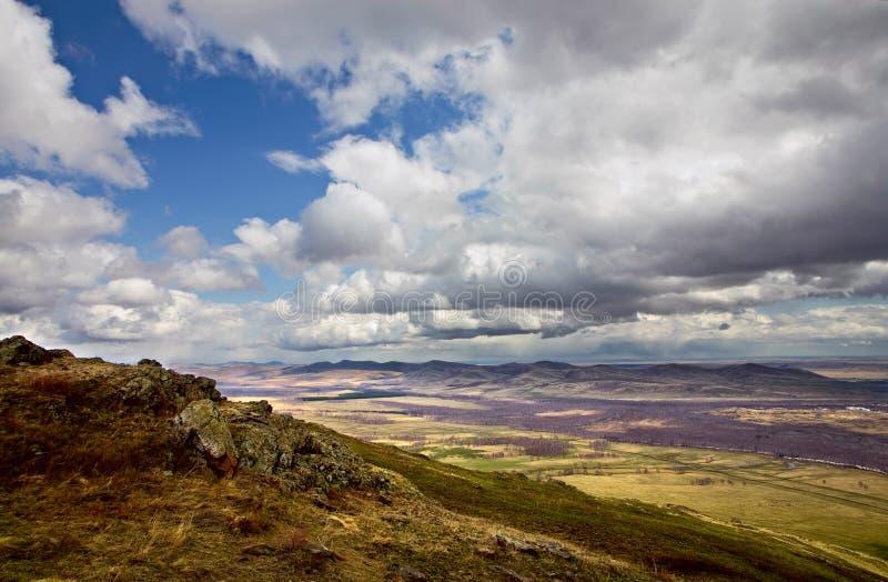 βουνά σύννεφων πέρα από το νότ&o στοκ εικόνα