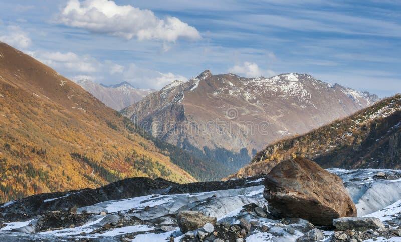 Βουνά, ταξίδι, φύση, χιόνι, σύννεφα, ποταμοί στοκ εικόνες