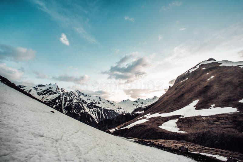 Βουνά της Ρωσίας, τα Καύκασος, Καμπαρντίνο-Μπαλκαρία Τοποθετήστε Elbrus στον ήλιο φθινοπώρου στη χαραυγή στοκ φωτογραφίες με δικαίωμα ελεύθερης χρήσης