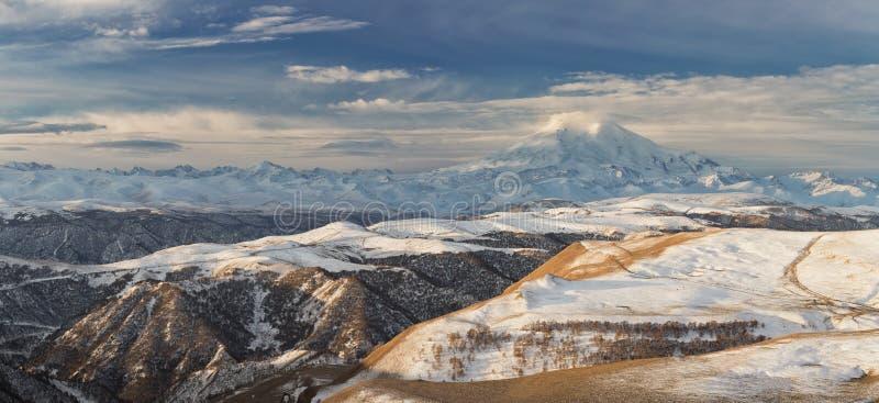 Βουνά της Ρωσίας, τα Καύκασος, Καμπαρντίνο-Μπαλκαρία Τοποθετήστε Elbrus στοκ φωτογραφία